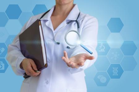 Arts toont een vergrootglas in de hand. Het concept van zoeken en onderzoek. Stockfoto