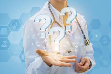 医師青い背景に質問に答えます。 写真素材