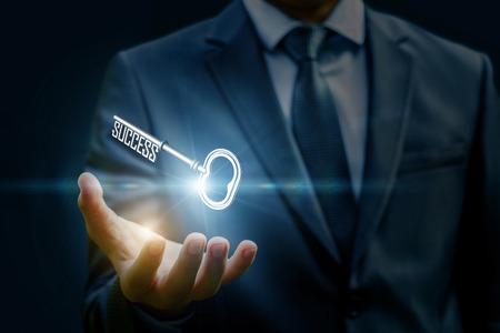 그의 손에 열쇠를 게재하는 사업가. 개념은 성공의 열쇠입니다. 스톡 콘텐츠