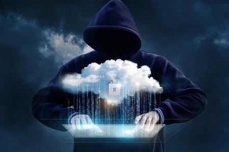 Hacker probeert in de cloud data-overdracht te krijgen. Concept beveiligingsgegevens. Stockfoto