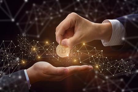 Zakenman geeft de bitcoin man in het achtergrondnetwerk. Stockfoto