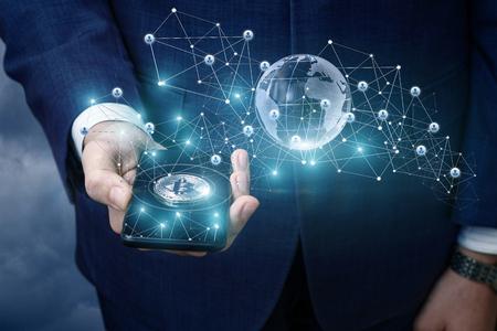 Bitcoin in een mobiele telefoon van het netwerk. Stockfoto