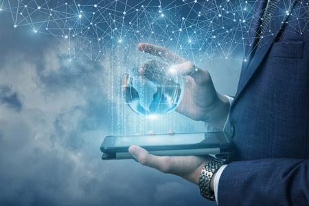 Hombre de negocios que se ejecuta en la computadora móvil con información.