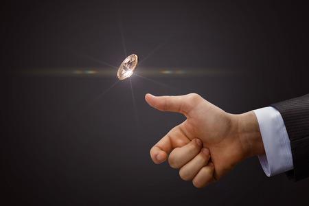 La mano lancia una moneta. Il concetto di processo decisionale.