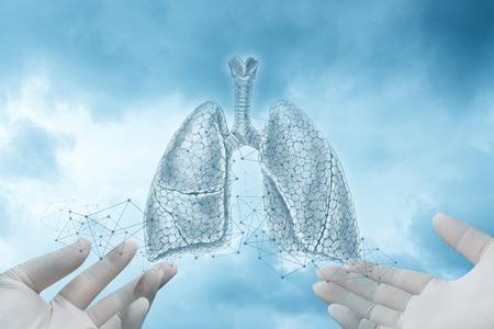 Handen in handschoenen tonen een schets van de longen op een blauwe achtergrond.