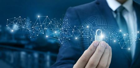 Sperre für den Schutz des Netzwerks in den Händen eines Geschäftsmannes auf einem unscharfen Hintergrund