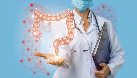 Doktor zeigt Doppelpunkt auf einem blauen Hintergrund