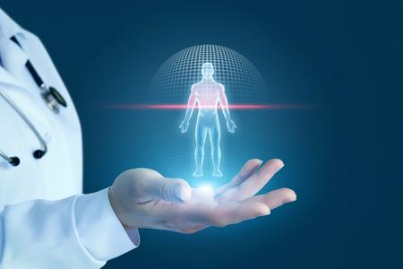 El doctor muestra el proceso de escanear a un paciente en un fondo azul. Foto de archivo