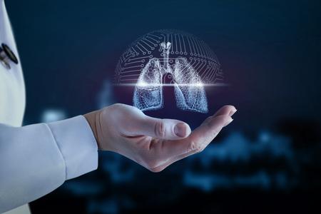 Doctor en la mano muestra el escaneo del pulmón de la persona. Foto de archivo