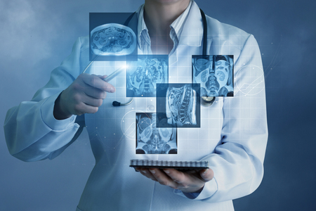 Doctor sees virtual images of the patient on a blue background. Stockfoto