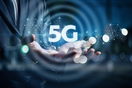 In the hands of a businessman 5g on the background blurred. Stockfoto