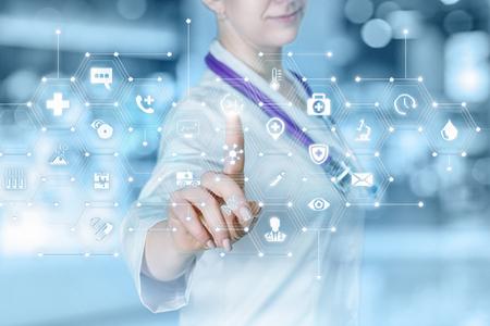 Ein Arzt arbeitet mit dem gesamten System des medizinischen Servicesystems, das am Touchscreen am verschwommenen Hintergrund hängt. Das Konzept des zusammengesetzten medizinischen Leistungssystems. Standard-Bild