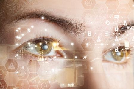 Un gros plan sur les yeux d'une femme humaine avec une structure de système de cybersécurité en peigne. Le concept de protection et de sécurité des données et du numérique. Banque d'images