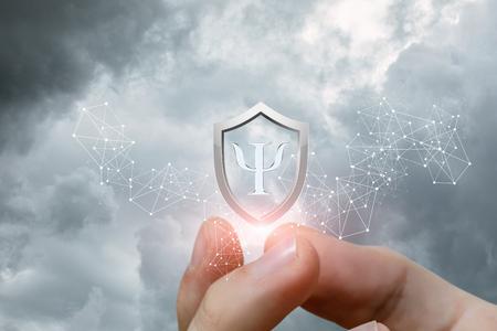 La mano mostra il simbolo della protezione della psiche contro il cielo. Archivio Fotografico