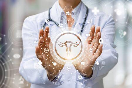 Lekarz pokazuje ikonę kobiecej macicy na rozmytym tle. Zdjęcie Seryjne