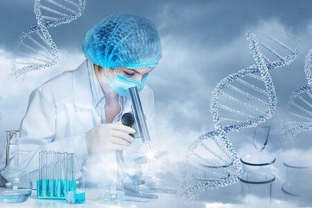 Das Konzept der Forschung und DNA-Tests. Das Labor führt eine Untersuchung von medizinischen Proben durch. Standard-Bild