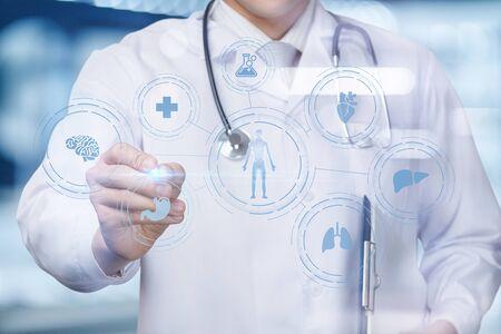 Le médecin dessine une structure des organes internes du patient sur l'arrière-plan flou.