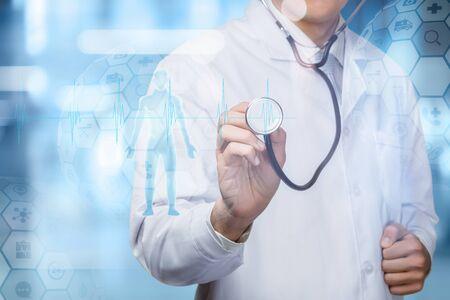 Il concetto di diagnosi e trattamento dei pazienti. Medico e paziente su sfondo blu.