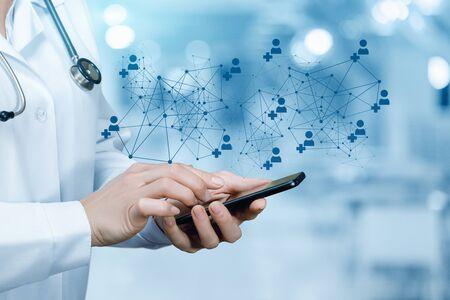 Der Arzt, der auf dem mobilen Gerät im medizinischen Netzwerk arbeitet. Standard-Bild