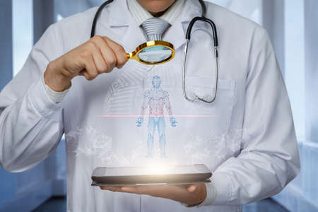 The doctor uses a magnifying glass to examine the patient who appears from the tablet. Banco de Imagens