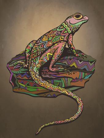 lagartija: Lagarto adornado con el patrón étnico. Reptil de color Rich en una hermosa piedra. Puesta de sol de fondo