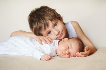 charmante kleine broer en zus in slaap omhelzen