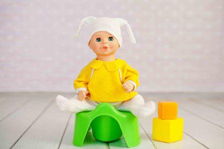 Onbenullig opleidingsconcept die een onbenullig pop en stuk speelgoed gebruiken
