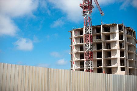 Construcción de edificios con grúa