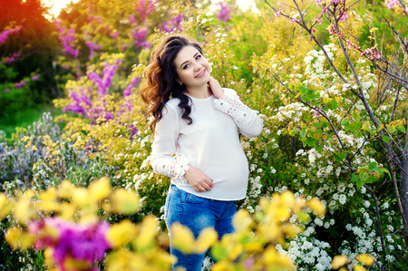 zwangere vrouw in bloemen Stockfoto