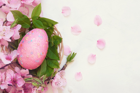 Pink speckled egg in bird nest , Easter holiday decorations , Easter concept background Stockfoto