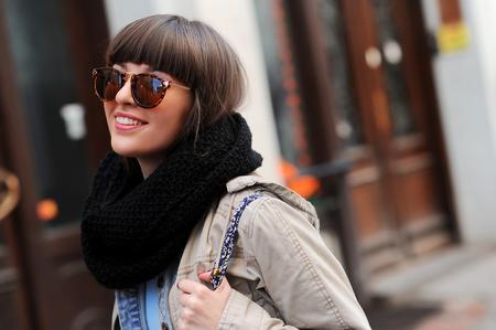 귀여운 소녀가 거리에서 아름다운 미소를 지으며