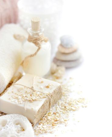 Handgemaakte zeep met havermout en melk op een witte achtergrond