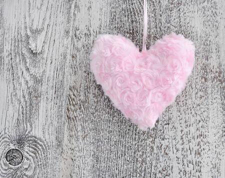 pelage: Fur pink heart on wooden background