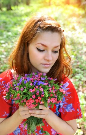 pulmonaria: Beautiful young woman with the bouquet of spring flowers