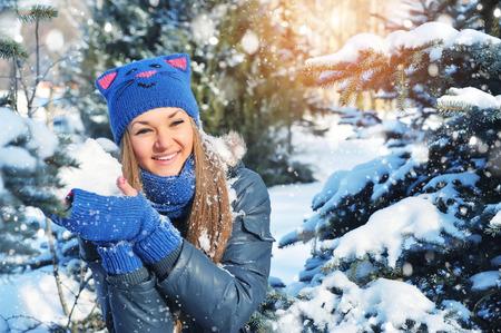 snowballs: palle di neve Gioco della donna inverno su sfondo neve Archivio Fotografico