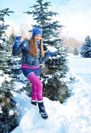palle di neve: Giovane ragazza con le palle di neve in mano Archivio Fotografico