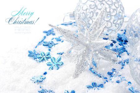 Kerst blauwe en zilveren versiering op sneeuw