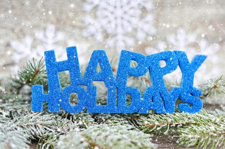 vacaciones: La inscripción de las vacaciones felices con ramas de abeto con las heladas