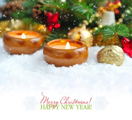 joyeux noel: Composition de Noël est avec des bougies sur la neige Banque d'images