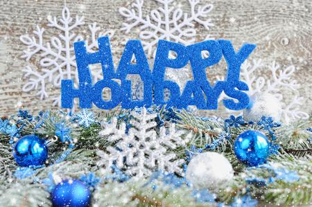 vacaciones: Inscripción de felices fiestas con decoraciones de Navidad