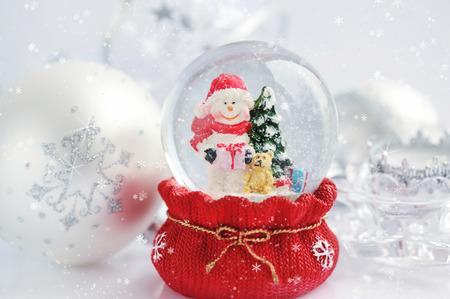 neige noel: Un globe de neige avec bonhomme de neige et de Noël décorations