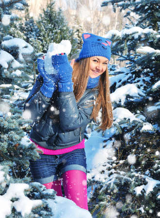 palle di neve: Winter woman play snowballs on snow background