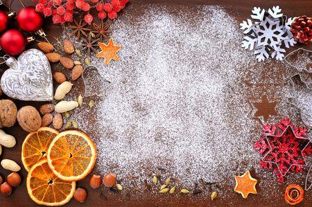 Bakken keukengerei, specerijen en voedselingrediënten op houten achtergrond met een kopie ruimte. Kerst vakantie concept Stockfoto