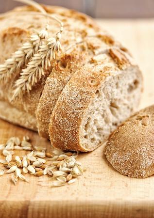 tranches de pain: Gros plan sur pain traditionnel sur planche de bois