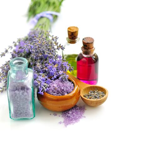 espliego: Sal de baño fresco y para la aromaterapia y el aceite de lavanda Foto de archivo