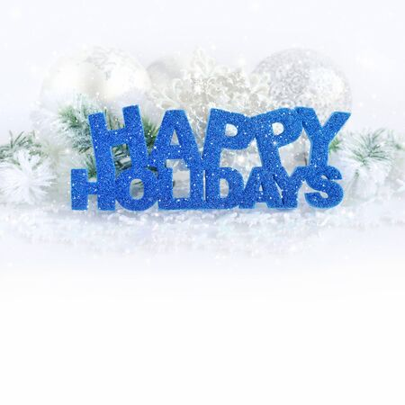 Inschrijving van happy holidays met kerstversiering