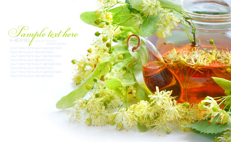 tilo: Tetera con t� y flores de tilo, primer plano