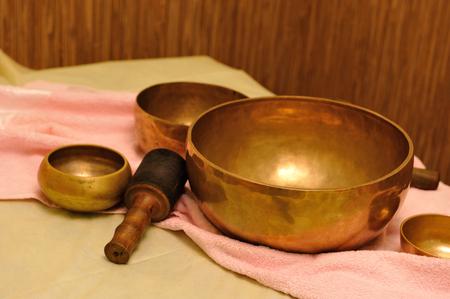 cantaba: Accesorios para masaje de sonido. Tratamiento de tazones de canto tibetanos  Foto de archivo