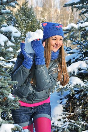 palle di neve: palle di neve Gioco della donna inverno su sfondo neve Archivio Fotografico