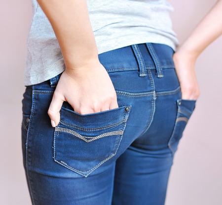 culo di donna: Giovane ragazza che indossa un paio di pantaloni jeans Archivio Fotografico